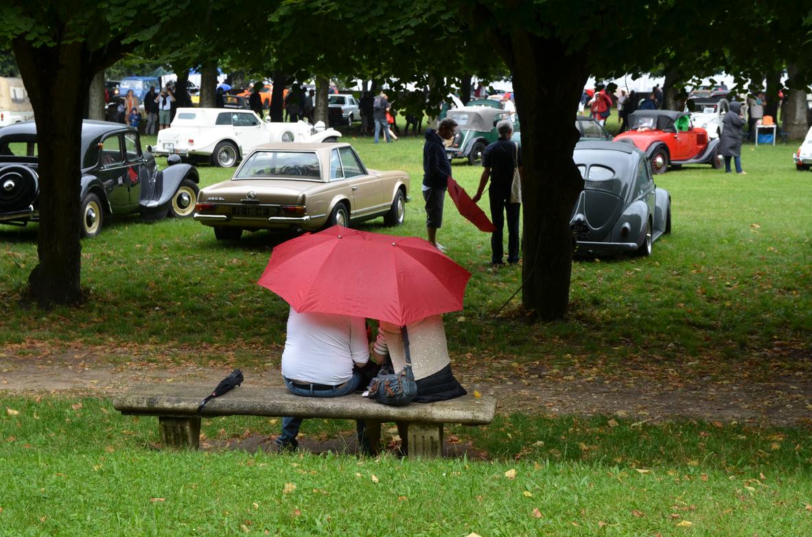 Couple sous un double parapluie 1